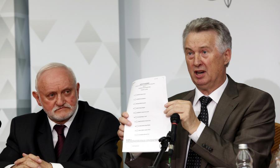 Sekretarz komisji, Szef Krajowego Biura Wyborczego Kazimierz Czaplicki i przewodniczący PKW Stefan Jaworski podczas konferencji prasowej Państwowej Komisji Wyborczej podsumowującej kampanię wyborczą do Parlamentu Europejskiego