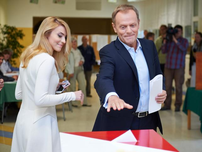 Premier Donald Tusk z córką Katarzyną głosują w wyborach do Parlamentu Europejskiego w lokalu wyborczym w Sopocie