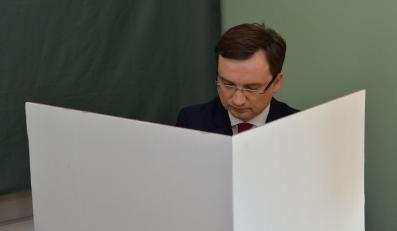 Prezes Solidarnej Polski Zbigniew Ziobro głosuje w wyborach do Parlamentu Europejskiego, w lokalu wyborczym w Krakowie