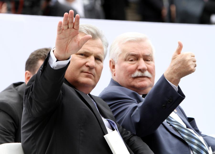 Byli przydenci RP Lech Wałęsa i Aleksander Kwaśniewski wśród gości głównych uroczystości z okazji 25-lecia Wolności w 25. rocznicę wyborów parlamentarnych na placu Zamkowym w Warszawie
