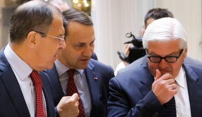 Minister spraw zagranicznych Radosław Sikorski (C), minister spraw zagranicznych Niemiec Frank-Walter Steinmeier (P) i minister spraw zagranicznych Rosji Siergiej Ławrow (L)