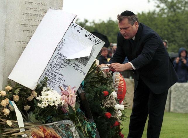 Uroczystości żałobne w 60. rocznicę pogromu Żydów. N/z: prezydent Aleksander Kwaśniewski podczas składania wieńca.