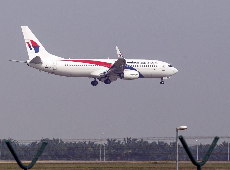 Samolot linii Malaysian Airlines podchodzi do lądowania na lotnisku w Kuala Lumpur