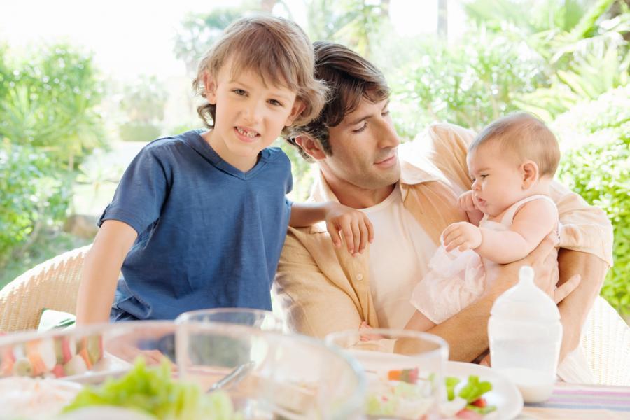 Ojciec z dziećmi przy stole