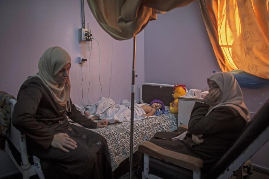 Ranny czteroletni Shuruk i jego matka w szpitalu w Beit Lahia na północy Strefy Gazy