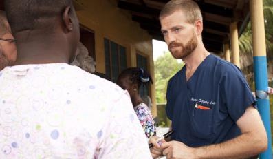Doktor Kent Brantly, który leczył chorych na Ebolę w Foya w Liberii