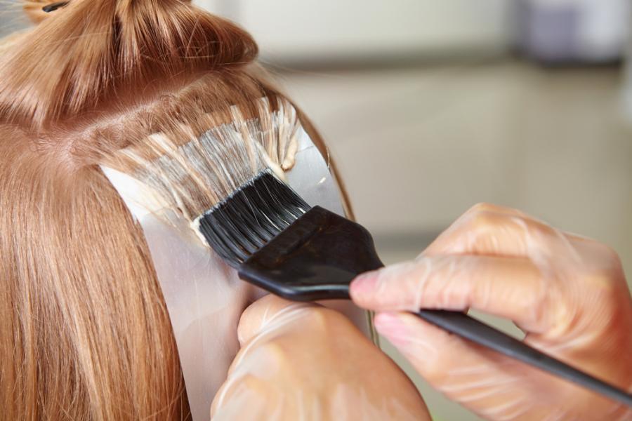 Eksperymentowanie z kolorami i fryzurami