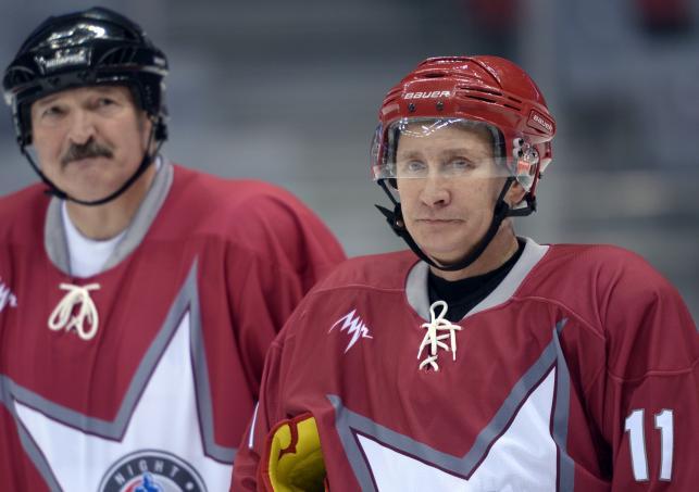 Łukaszenka i Putin na lodowisku
