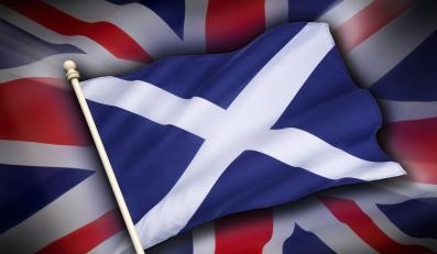 Flaga Szkocji na tle flagi Wielkiej Brytanii