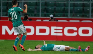 Zawodnicy stołecznej Legii Miroslav Radović (P) i Łukasz Broź (L) fetują strzelenie bramki drużynie KSC Lokeren podczas meczu grupy L w pierwszej kolejce fazy grupowej Ligi Europy