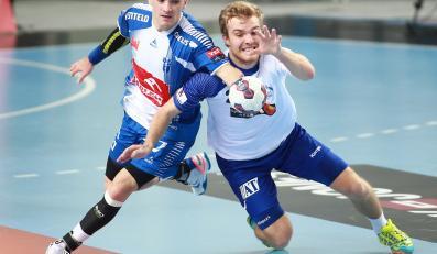 Atakujący Ivan Nikćević (L) z miejscowej Orlen Wisły i interweniujący Nilsson Johan (P) z Alingsas HK w meczu grupy B Ligi Mistrzów piłkarzy ręcznych