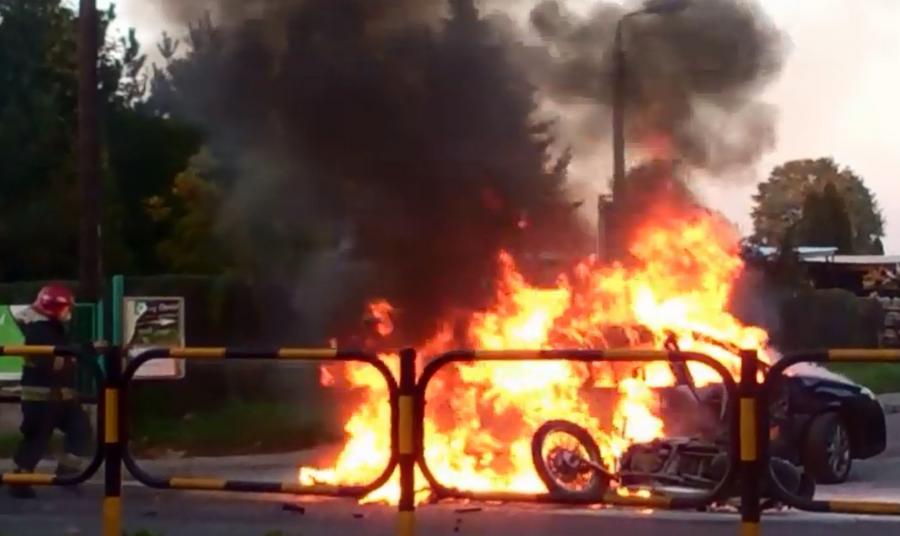 Płonące samochód i motocykl