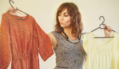 Kobieta wybierająca sukienkę