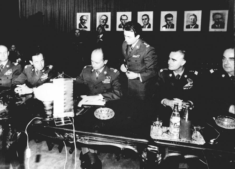 Płk Ryszard Kukliński (stoi nad gen. Jaruzelskim)