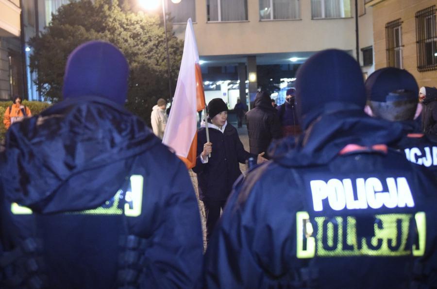 Policja przed siedzibą PKW