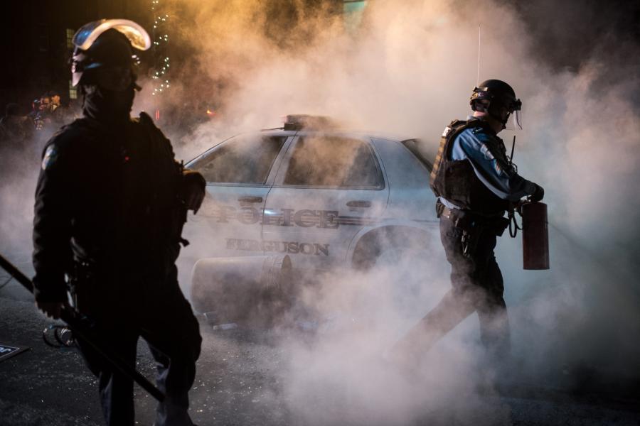 Policjanci na ulicach Ferguson w USA