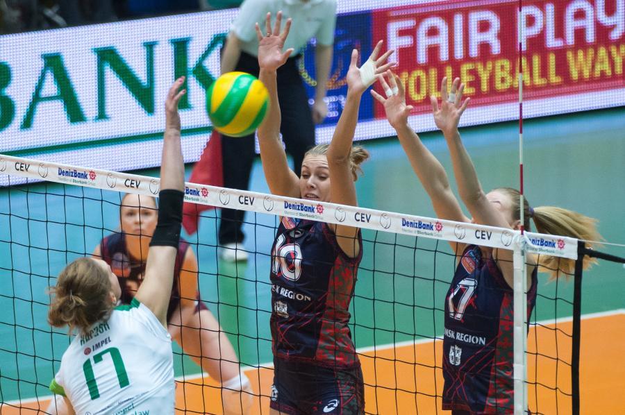 Piłkę zbija atakująca Joanna Kaczor (L) z miejsowego Impelu, blokują po drugiej stronie siatki Anastasia Shlyakhovaya (C) i Margarita Kurilo (P) z Omiczka Omsk Region w meczu Ligi Mistrzyń siatkarek