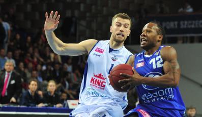 Koszykarz King Wilki Morskie Szczecin Paweł Kikowski (L) blokuje Danny'ego Gibsona (P) z Rosy Radom