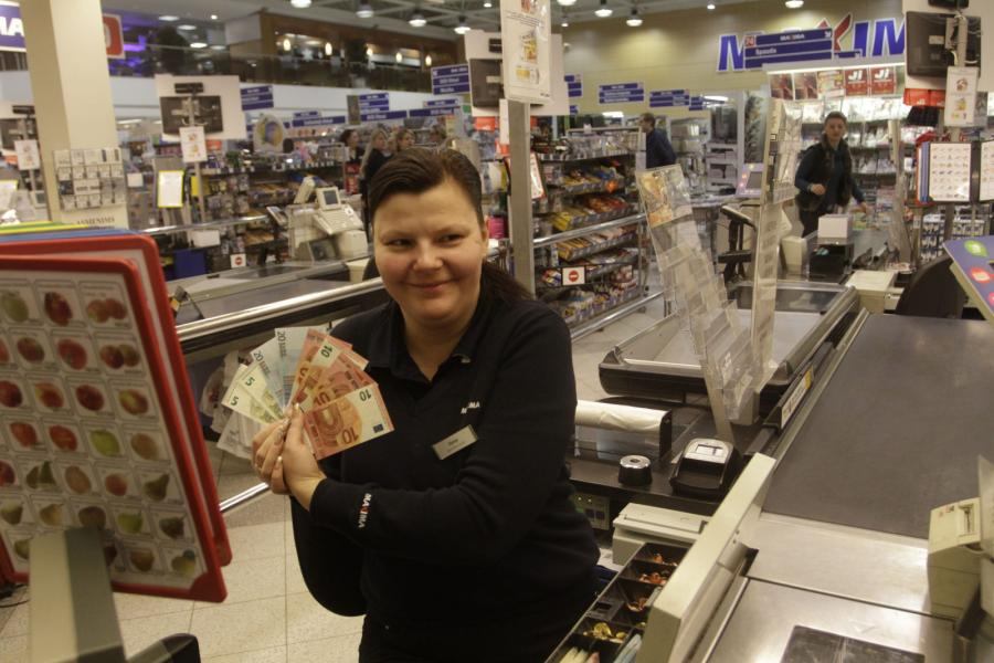 Wilno: Kasjerka z banknotami euro