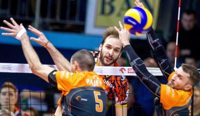 Siatkarz Banimexu Będzin Miłosz Hebda (C) atakuje po bloku Alena Pajenka (L) i Michała Masnego (P) z Jastrzębskiego Węgla