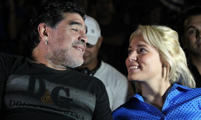 Diego Maradona zabrał swoją dziewczynę na koncert. ZDJĘCIA