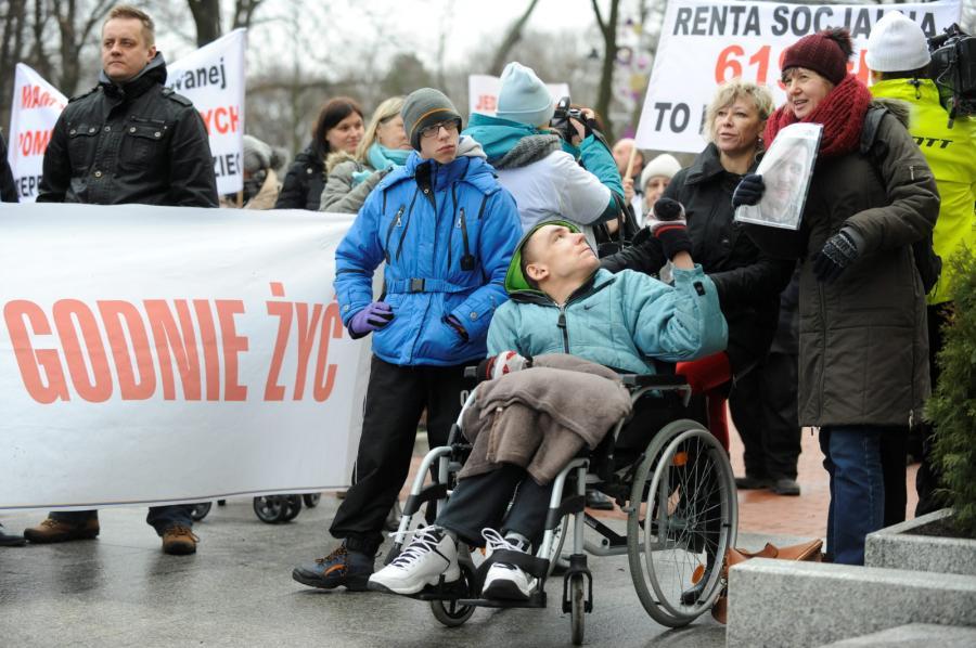 Protest opiekunów niepełnosprawnych dorosłych i dzieci przed KPRM