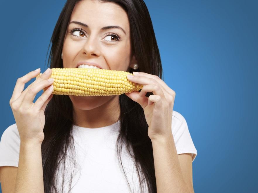 Kobieta jedząca kukurydzę