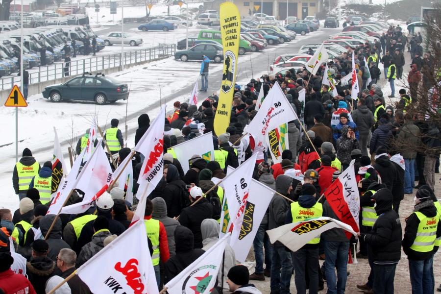 Kilkaset osób zebrało się pod siedzibą Jastrzębskiej Spółki Węglowej w Jastrzębiu Zdroju