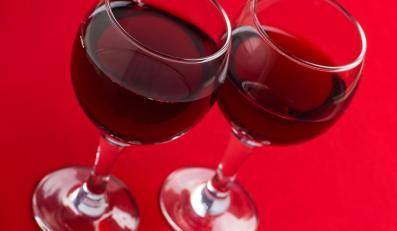 Kieliszki z czerwonym winem