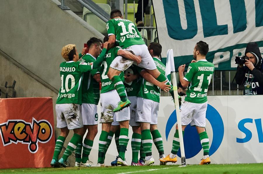 Piłkarze Lechii Gdańsk cieszą się z gola Antonio Colaka podczas meczu polskiej Ekstraklasy z PGE GKS Bełchatów