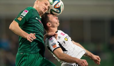 Zawodnik Śląska Wrocław Piotr Celeban (L) walczy o piłkę z Markiem Saganowskim (P) z Legii Warszawa