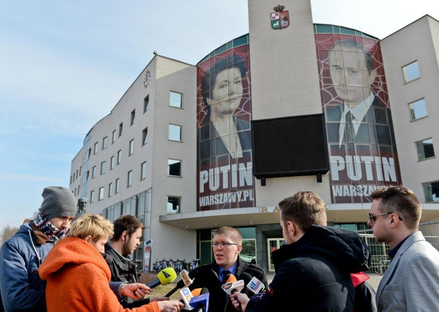 Burmistrz Bemowa Krzysztof Zygrzak podczas briefingu prasowego nt. baneru przedstawiającego Hannę Gronkiewicz -Waltz