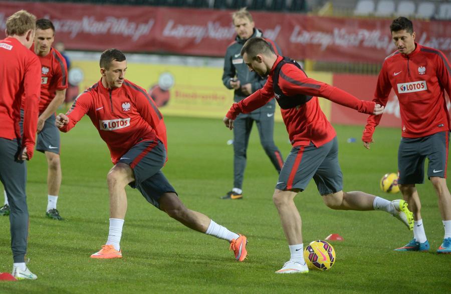 Tomasz Jodłowiec (L), Michał Kucharczyk (C) i Robert Lewandowski (P) podczas treningu piłkarskiej reprezentacji Polski w Warszawie