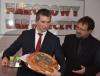 """Minister finansów Mateusz Szczurek w barze mlecznym """"Bieńczyce"""" w Krakowie"""