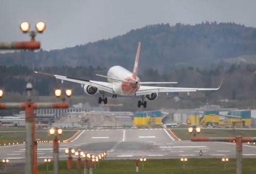 Lądowanie samolotu na lotnisku w Zurychu