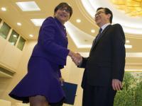 60-letnia sekretarz handlu USA w falującej mini przed przywódcami Chin!