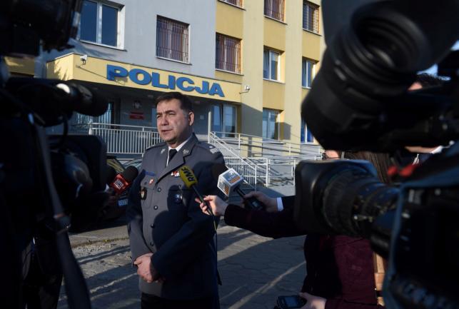 Komendant Główny Policji nadinsp. Krzysztof Gajewski odpowiada na pytania mediów przed Komendą Powiatową Policji w Kutnie