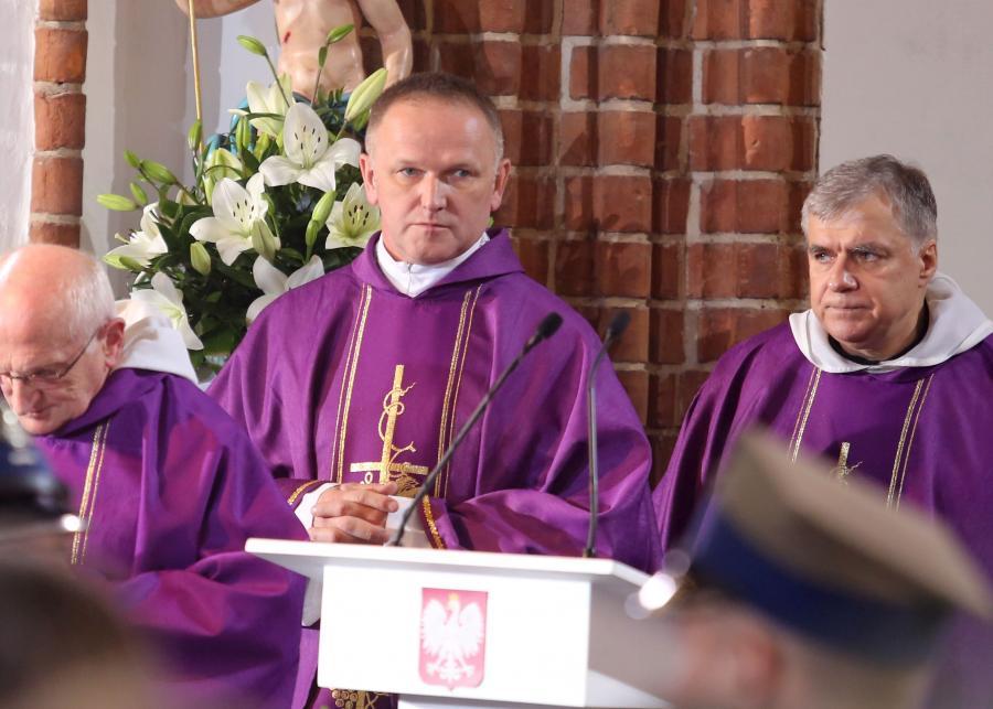 Ksiądz Wojciech Lemański i ojciec Maciej Zięba, podczas mszy żałobnej w Bazylice Archikatedralnej św. Jana Chrzciciela w Warszawie