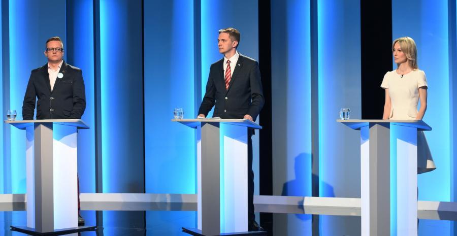 Paweł Tanajno (Demokracja Bezpośrednia), Adam Jarubas (PSL), Magdalena Ogórek (SLD), podczas debaty prezydenckiej w studiu TVP