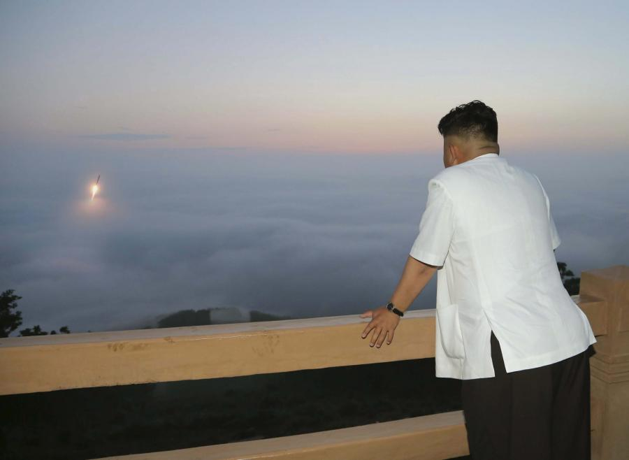 Kim Dzong Un obserwuje testy pocisku balistycznego