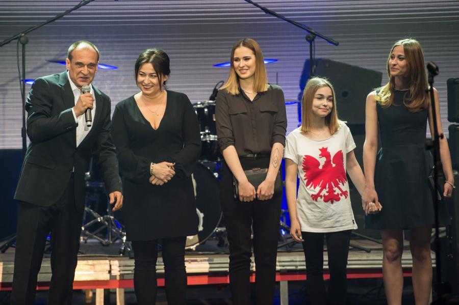 Kandydat na prezydenta RP Paweł Kukiz z żoną Małgorzatą i córkami