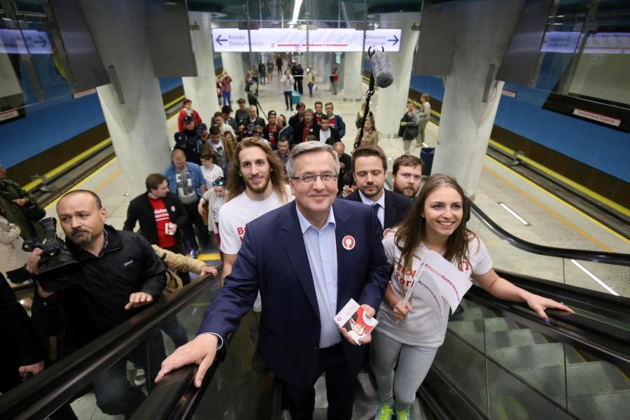 Bronisław Komorowski wysiada z metra na stacji Centrum Nauki Kopernik w Warszawie