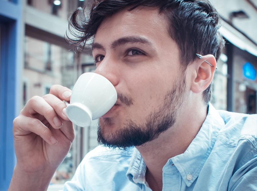 Mężczyzna pije kawę