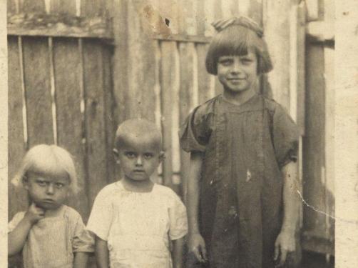 """""""Dzieci patrzyły na śmierć rodziców"""". Rodzinna trauma znanej pisarki obnażona po latach"""