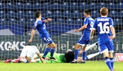 Rołand Gigołajew (2,L) z miejscowego Ruchu strzela gola Zawiszy Bydgoszcz i jest 1:0 dla gospodarzy w meczu grupy spadkowej T-Mobile Ekstraklasy w Chorzowie