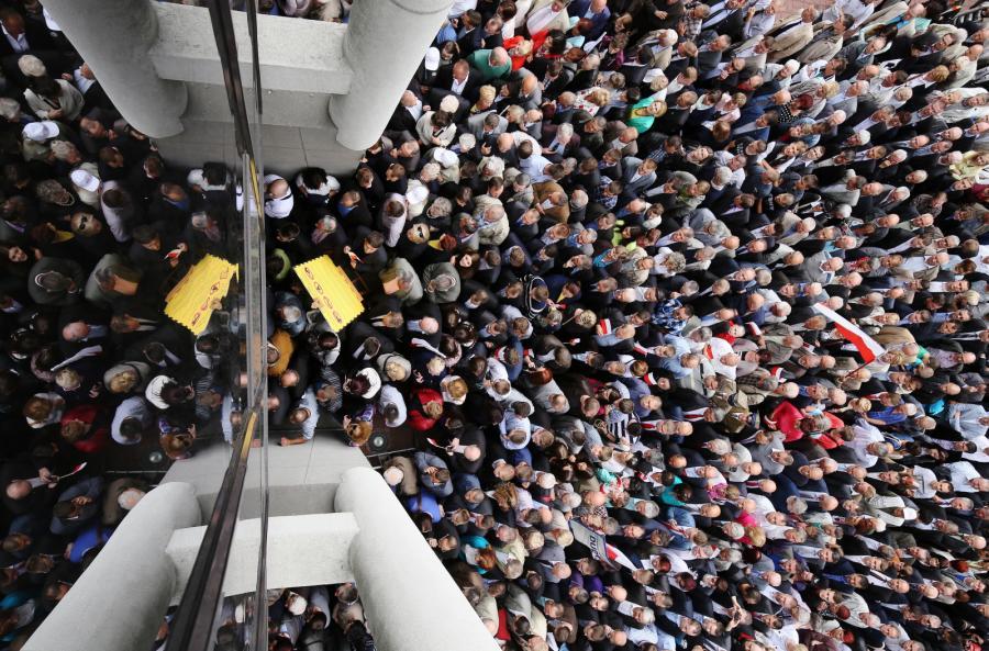 Sympatycy PiS wchodzą do Hali Widowiskowo-Sportowej Torwar w Warszawie