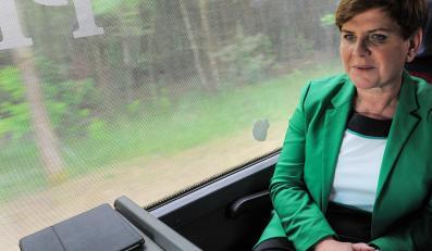 Kandydatka PiS na premiera, wiceprezes partii Beata Szydło w autokarze wyborczym