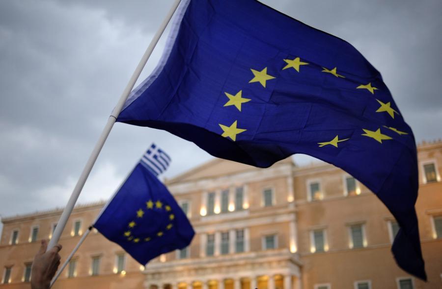 Unijne flagi w czasie manifestacji w Atenach