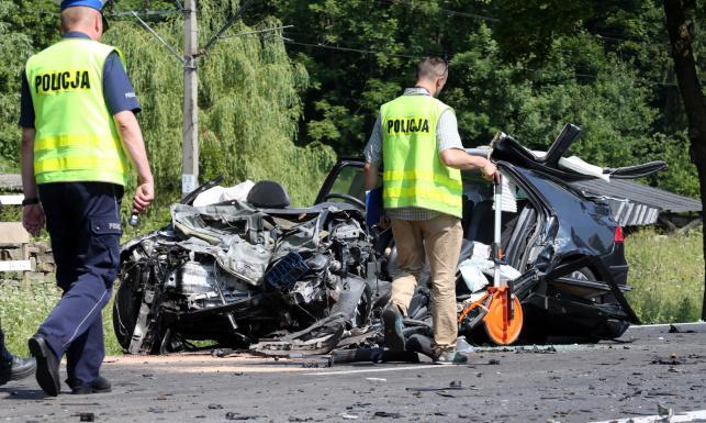 Z auta nic nie zostało po wypadku na Zakopiance. Samochód z rodziną wjechał pod tira. ZDJĘCIA