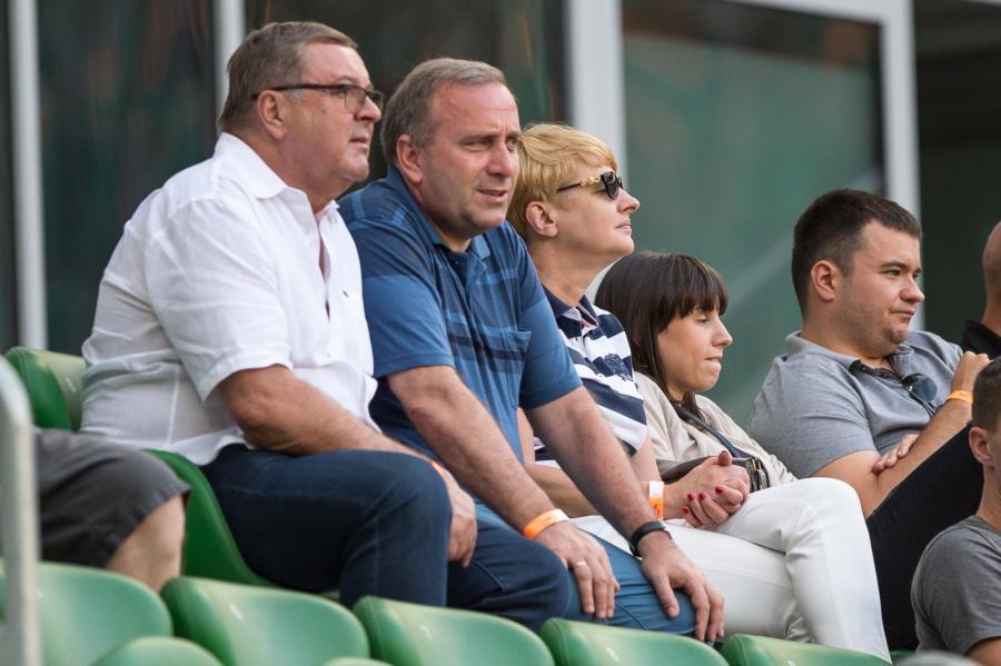 Minister spraw zagranicznych Grzegorz Schetyna z rodziną podczas meczu polskiej Ekstraklasy piłkarskiej